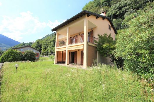 house with garden in domaso
