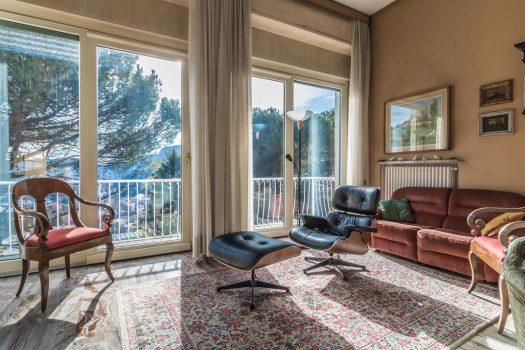 Villa in collina a Como con giardino e visto lago